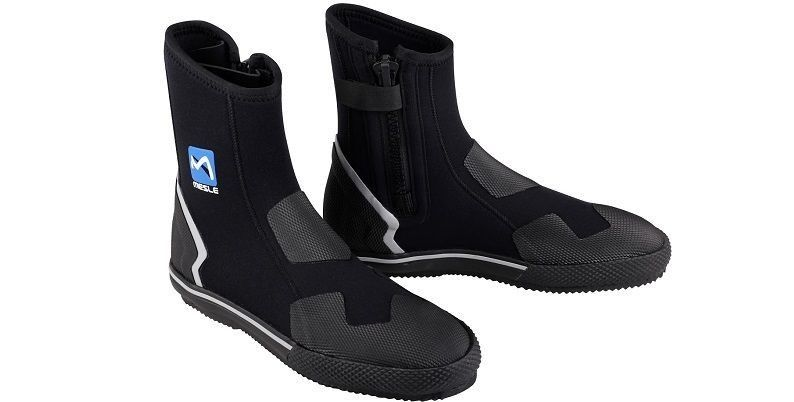 Neoprene shoes for people practicing water sports